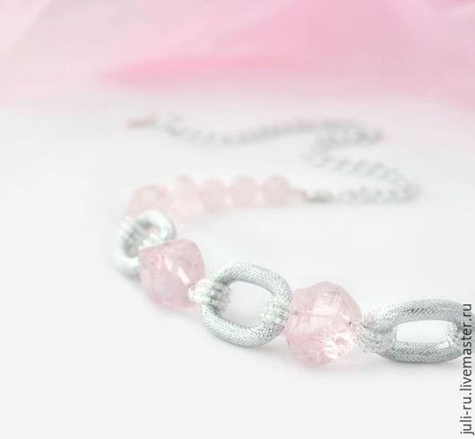 Колье стильное нежно-розовое из кварца с цепью Элия. Авторские украшения Уральские сказы.