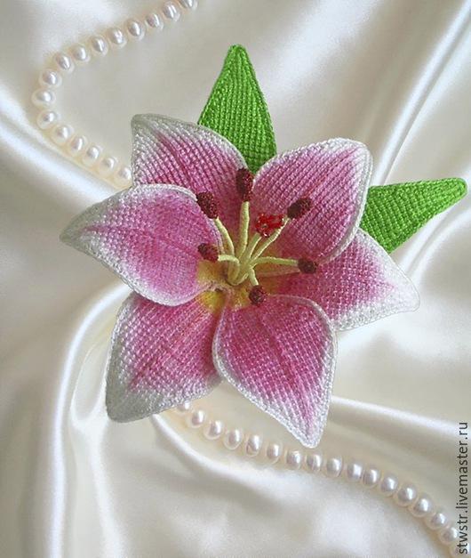 Броши ручной работы. Ярмарка Мастеров - ручная работа. Купить лилия. Handmade. Лилия, Вязаный цветок, подарок, акриловые краски