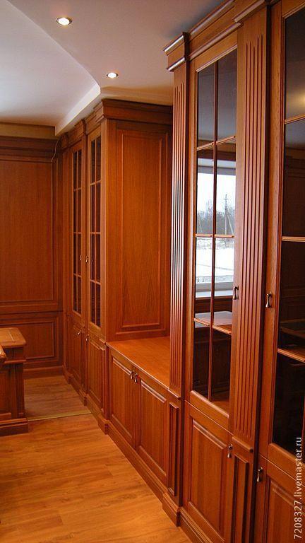 Дубовый кабинет. Выполнен на заказ. Здесь изготовлены: стеновые панели, встроенные шкафы-стеллажи, стол для руководителя с кожаными вставками на столешнице, стол для переговоров, стулья, кресло, подок