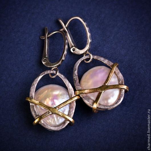 Серебряные серьги с жемчугом с декором из латуни
