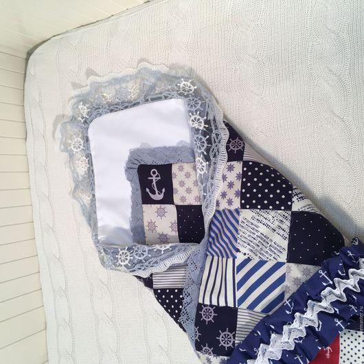 Одеяло-конверт на выписку `Морское`. На фото с пеленкой с кружевным уголком (в комплект не входит).