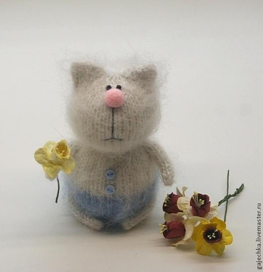 """Игрушки животные, ручной работы. Ярмарка Мастеров - ручная работа. Купить """"Первые весенние"""". Вязаный кот с цветком нарцисса. Handmade."""