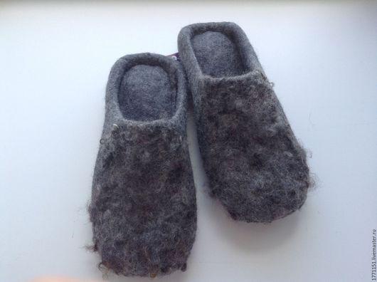 Тапочки сваляны ручным способом без применения ВШМ из 100% новозеландской неокрашенной высококачественной шерсти. Подошва подшита натуральным каучуком.