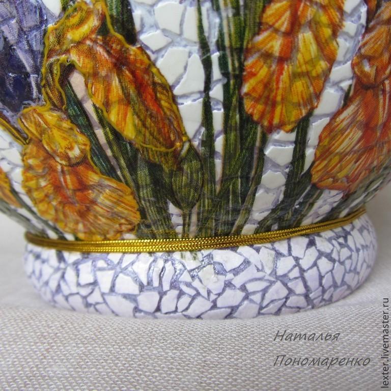 Вазы ручной работы. Стеклянная ваза  Ирисы на клумбе