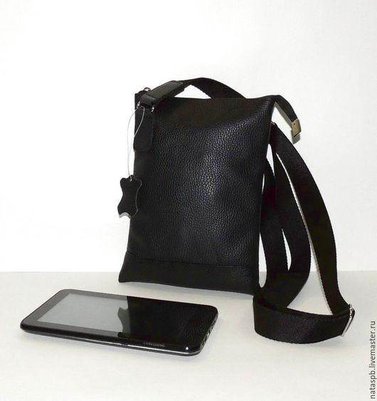 Сумка «Атос» выполнена из мягкой, плотной, приятной на ощупь черной кожи.