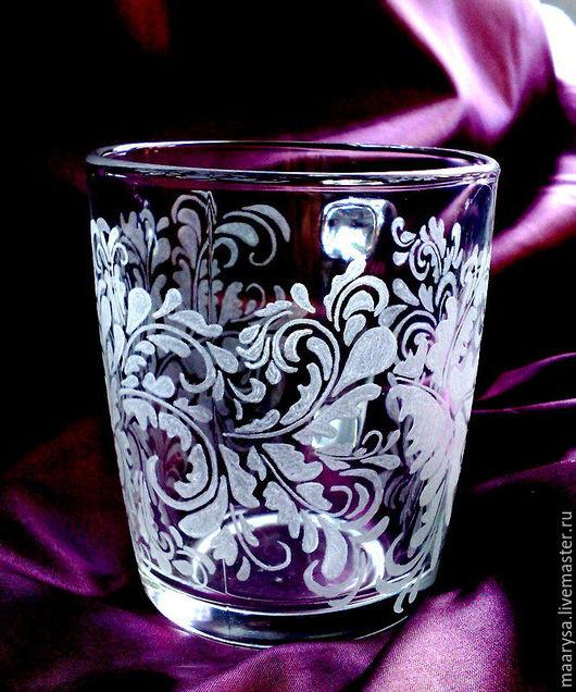Большая стеклянная кружка украшенная рисунком выполненным с помощью ручной гравировки