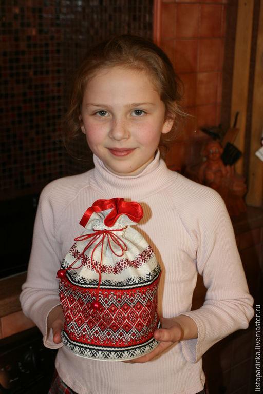 Вместе с крестницей Василинкой пекли в апреле 2015 куличи. И возвращалась она домой с собственным творением в торбочке, подаренной крёстной.