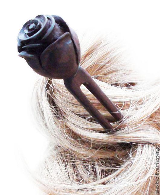 Шпилька `Роза` для волос из палисандра Сантос (Бразилия), длина 17 см.  Деревянные заколки  не дают волосам электризоваться, состояние волос улучшается. Палисандр по цветовым качествам древесины можно охарактеризовать как «розовое дерево». Все многообразие оттенков волокон древесины в зависимости от разновидности (розовато - светло-коричневые, фиолетовые, шоколадно-бурые и другие) в своем переплетении между собой создают очень яркий и насыщенный узор. Такой редкий и неповторимый окрас сделал эту древесину весьма дефицитным и очень востребованным материалом. Благодаря своему завораживающему и в то же время приятному внешнему виду палисандр пользуется большой популярностью у ведущих производителей элитной мебели, предметов интерьера, напольных покрытий и музыкальных инструментов.  Палисандр обладает высоким уровнем устойчивости к воздействию различных факторов внешней среды (воздействие ультрафиолета, влаги, механических повреждений). Все эти перечисленные свойства говорят практически о бесконечном сроке службы.