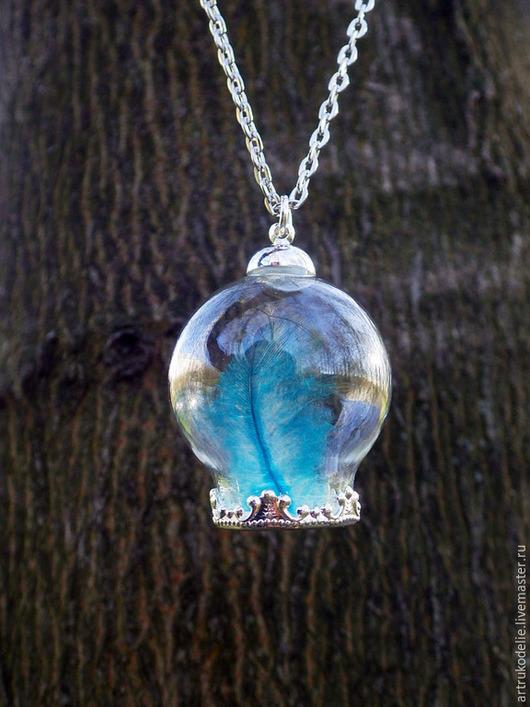 Кулон Здесь синяя птица взмахнула крылом. Полая стеклянная сфера с пером синей птицы, воздухом и светом. Цвет фурнитуры - античное серебро. Диаметр стеклянного шара с пером синей птицы 2,5 см