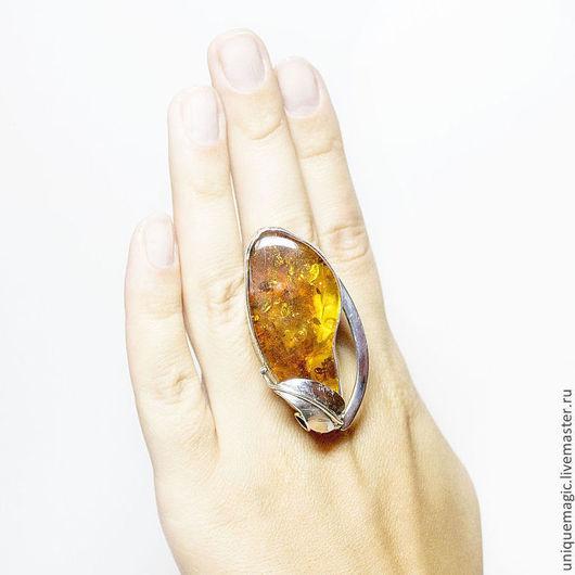 Крупное стильное кольцо с золотистым янтарем в роскошной серебряной оправе! Авторская ручная работа. Единственный экземпляр!