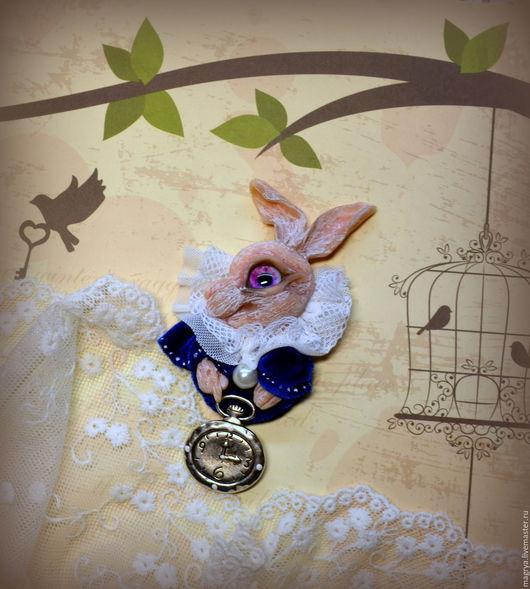 Броши ручной работы. Ярмарка Мастеров - ручная работа. Купить Брошь Белый Кролик Друг Алисы с часами. Handmade. Синий
