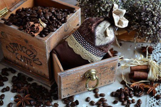 Мини-комодик в стиле кантри для зернового и молотого кофе. Дополнен мошочком из натурального льна. Прекрасный подарок любителям итальянского кофе!