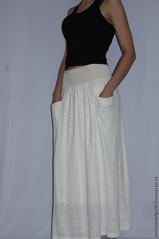 Авторская юбка в пол из льняного трикотажа с объемными карманами.  Удобный мягкий эластичный пояс-кокетка на бедрах выполнен из вискозного трикотажа в тон, из него же сделана комфортная подкладка.