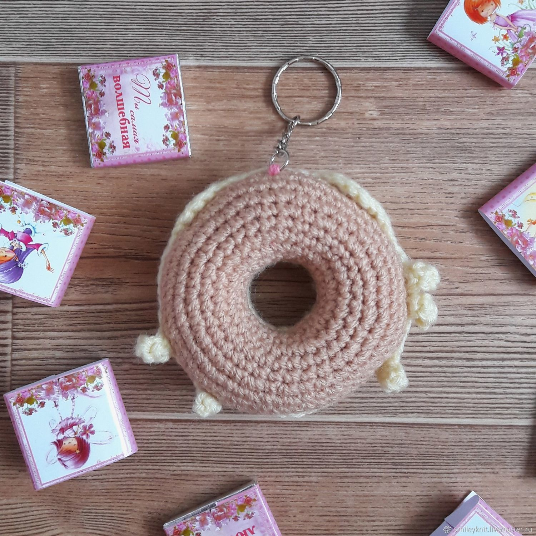 Вязаный брелок Пончик