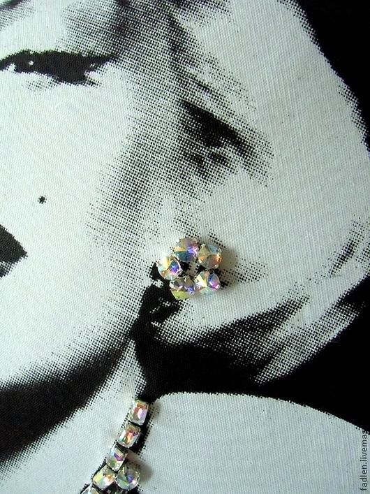 """Подушка интерьерная """"Мерилин Монро"""", 60/60см. Выполнена в технике черно-белый принт и расшита стеклянными стразами. Украсит интерьер любого стиля."""