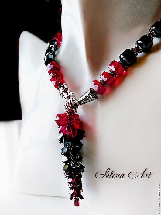 Колье с подвеской из красной шпинели и гематита. Подвеска выполнена в виде грозди. Застёгивается спереди на элегантный замочек.