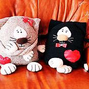 """Для дома и интерьера ручной работы. Ярмарка Мастеров - ручная работа Вязаные подушки """"Влюбленные  Коты"""". Handmade."""