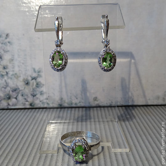 Изящный комплект украшений ручной работы с необычным природным камнем султанитом и фианитами в серебре состоит из серег и кольца.