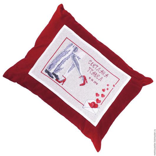 Подушка «Красные каблуки» станет прекрасным подарком на свадьбу и красивым украшением интерьера.
