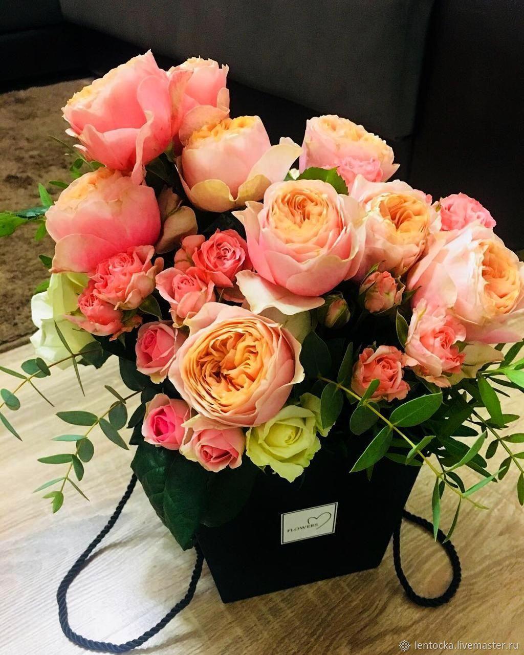 Цветы. Розы садовые в сумке чёрной с ручками.