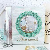 Подарки к праздникам ручной работы. Ярмарка Мастеров - ручная работа Деревянный фотоальбом для малыша от рождения до года. Handmade.