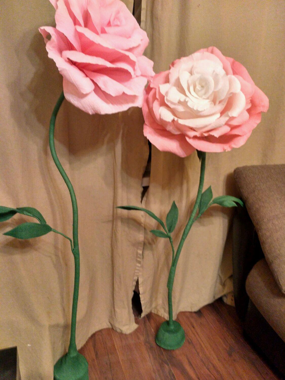 Большие цветы из гофрированной бумаги на ножке