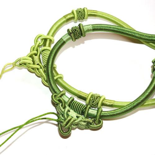 Шнур шелковый зеленый для подвески кулона с декоративной частью выполненной в технике макраме. \r\nДлина шнура 40см + 8см цепочка.