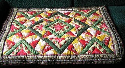 Детское лоскутное одеяло простегано по блокам, что делает рисунок более рельефным и объемным.