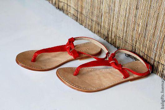 Модные босоножки из натуральной кожи и кожи питона красные.