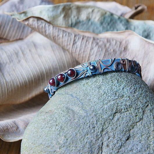 Оригинальный авторский браслет из меди (медной проволоки) с бусинами граната и гематита и синей патиной - гранатовый браслет. Изысканно и изящно смотрится на руке. Автор Елена Щелчкова