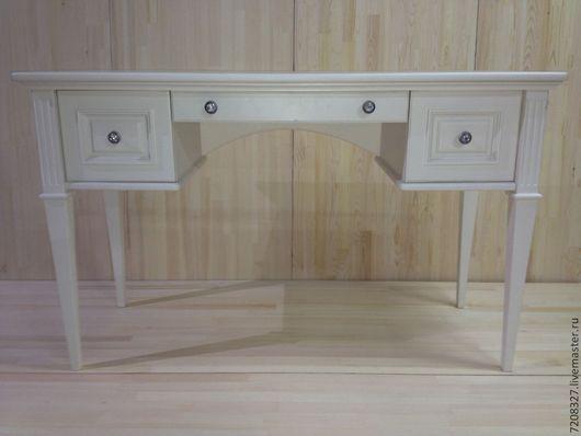 Письменный стол жемчужно-белого цвета на четырех ножках и с тремя выдвижными ящиками. Станет прекрасным предметом интерьера как в домашнем кабинете, так и в комнате юной девушки.