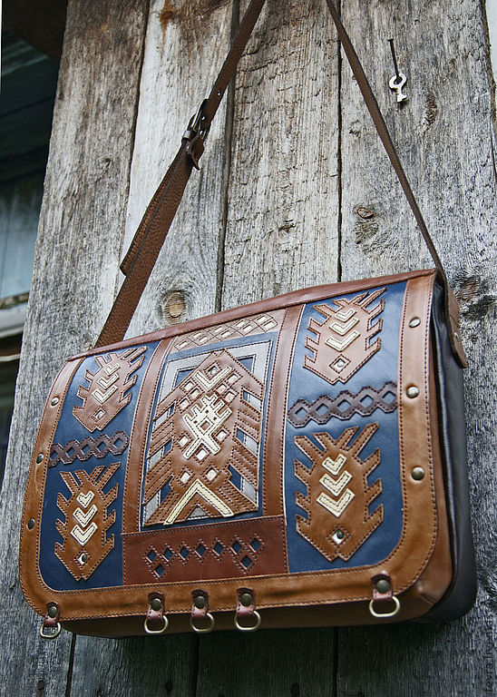 Leather comfortable shoulder bag. \r\non the valve ornament of stylized fish, made according to the motif with a very beautiful carved boards on display in the Museum Whether the tribe.