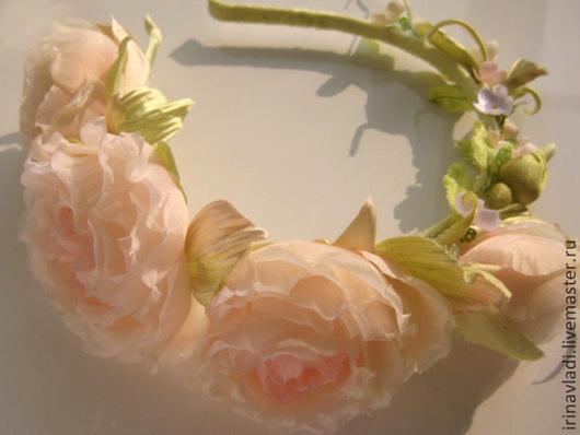 ободок с шелковыми розами,светло-персиковый,украшение для прически, свадебные аксессуары,обруч для волос с розами из шелка, веночек с цветами,летний веночек,цветы из ткани, цветы из шелка, искусственн