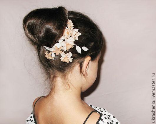 Украшение для волос на свадьбу или торжество с кремовыми бежевыми цветами орхидеями и лилиями.. Цена 1300р