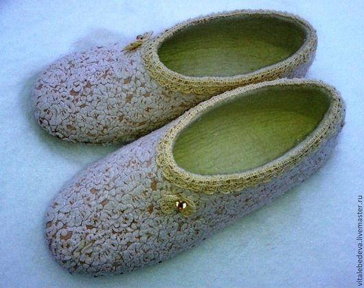 """Обувь ручной работы. Ярмарка Мастеров - ручная работа. Купить Тапочки валяные """"Ванильный зефир"""". Handmade. Тапочки ручной работы"""