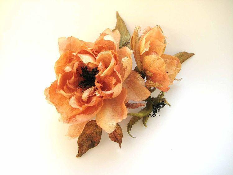 цветы из ткани шиповник,цветы из шелка шиповник, брошь заколка цветок,брошь оранжевый цветок,заколка рыжий цветок,шиповник брошь  из шелка,заколка с цветами,ободок для волос с цветком, шелковый цвето
