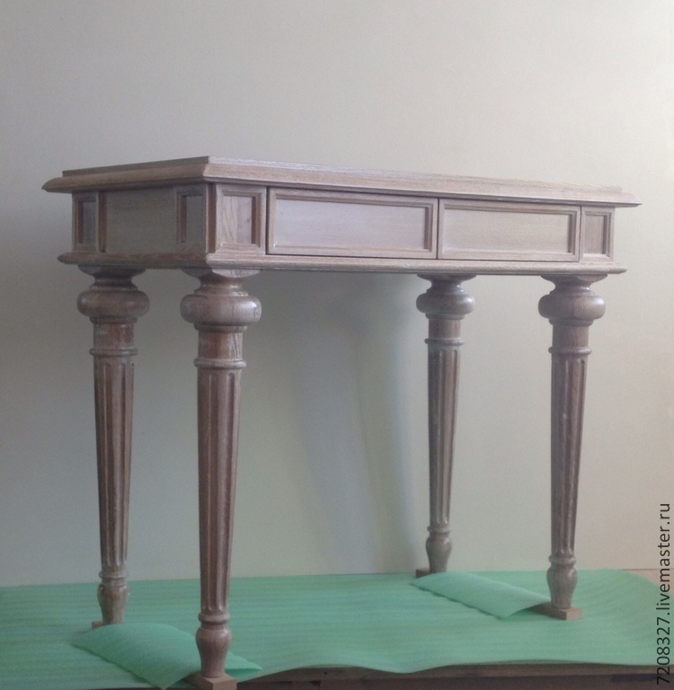 Console table, beautiful turned oak feet with a bound surface covered with stain and wax.