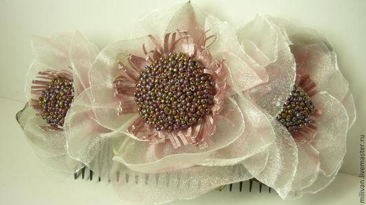 Украшение в волосы на гребёнке Нежность бежево-розового цвета украсит причёску любой девушки и женщины. Возможно выполнить в другом цвете.