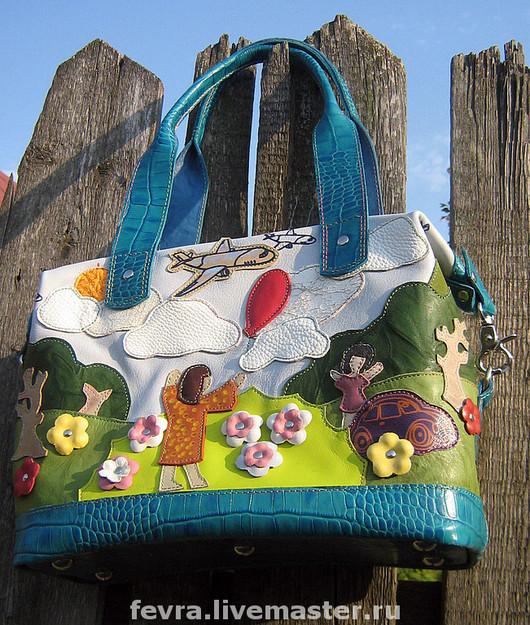 Очень светло-голубая сумка, с белыми облаками и бирюзовой отделкой.