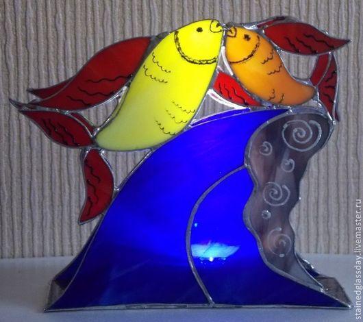 Светильник Целующиеся рыбки\r\nЦветное стекло\r\nАвторская работа\r\nХудожника-витражиста Екатерины Макаровой