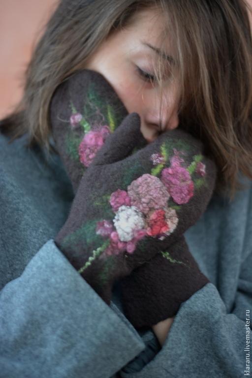 Варежки женские, темно-коричневые варежки, варежки с цветами, варежки валяные, теплые рукавички, войлочные варежки, розовый букет, подарок девушке на Новый год