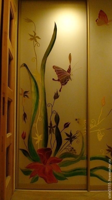 Роспись одной из дверок трехдверного шкафа-купе `Полет бабочек`. На желтом стекле. Роспись витражными красками с золотым контуром.