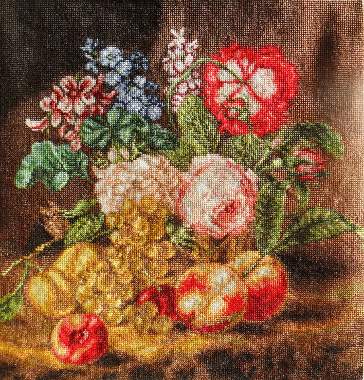 картина натюрморт `Цветы и Фрукты`,выполнена в технике ручная вышивка крестом,  репродукция картины художника 19 века, картина с цветами, букет с разными цветами, вышитая картина