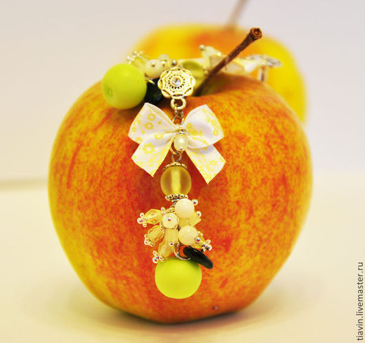 Серьги из бусин `Аромат яблоневого сада`. Украшения ручной работы. Tiavin.