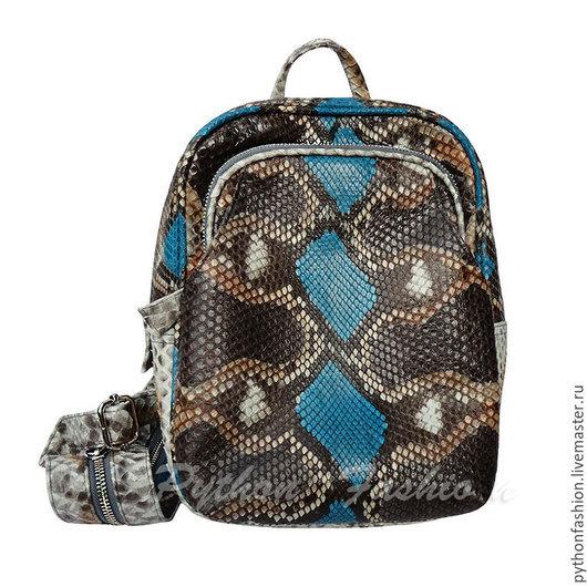 Рюкзак из кожи питона. Маленький рюкзак из питона. Модный рюкзак из питона на одно плечо. Небольшой стильный рюкзак из кожи питона. Яркий кожаный рюкзак ручной работы. Женский рюкзак из питона на лето