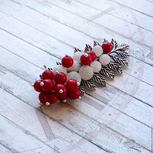 First snow - брошь `веточка рябины` с красным кораллом и белым матовым агатом кракле. Брошь ручной работы с натуральными камнями. Броши модные. Стильные украшения. Lady`s Treasures.
