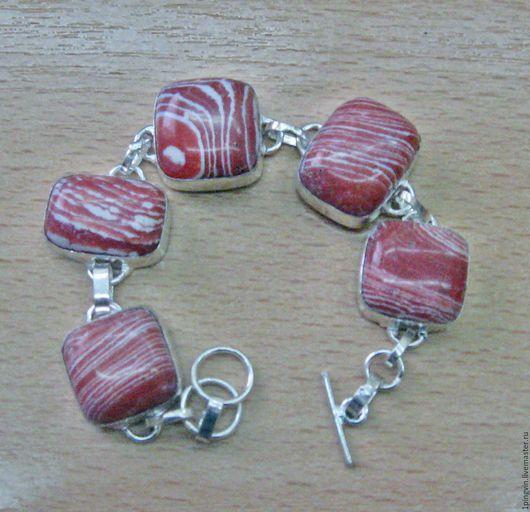 Серебряный браслет с красной мозаичной яшмой.