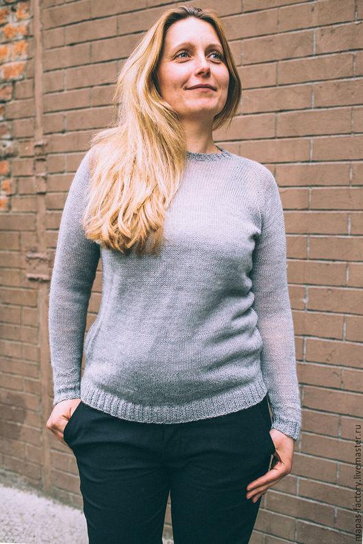 Модный пуловер - отличная базовая вещь в вашем гардеробе. Связан из нежной пряжи CEAM alpaca italia, в состав которой входит 50% альпаки и 50% нейлона. Машинyая вязка. Mapasfactory.
