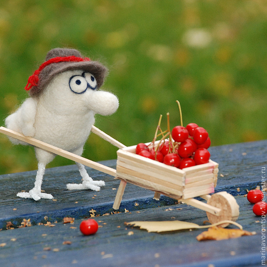 Весёлая носатая белая Птичка-садовод в шляпке с тележкой.Осень... и Маленькая, но гордая птичка готовится к  зиме. Надо успеть запастись рябиной на зиму по-больше)))Цена птички + тележки+ шляпа= 800