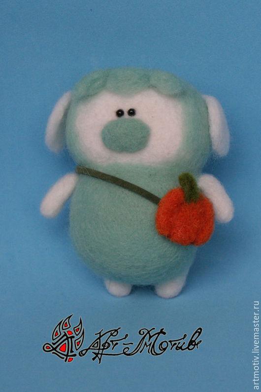 Валяная игрушка `Мятная овечка` 9х6 сантиметров